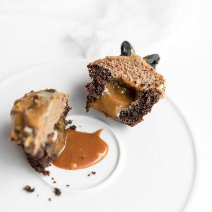 Čokoladni cupcakes s slano karamelo in mandlji